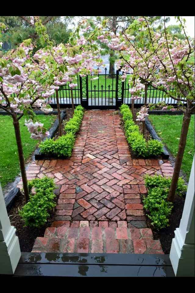 Create A Walkway In Your Garden With Small Fencing